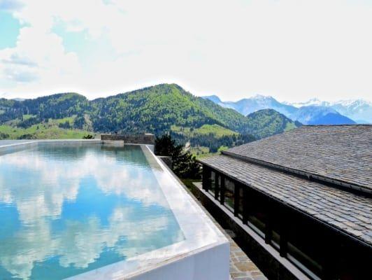 Η εξωτερική πισίνα του Grand Forest Metsovo